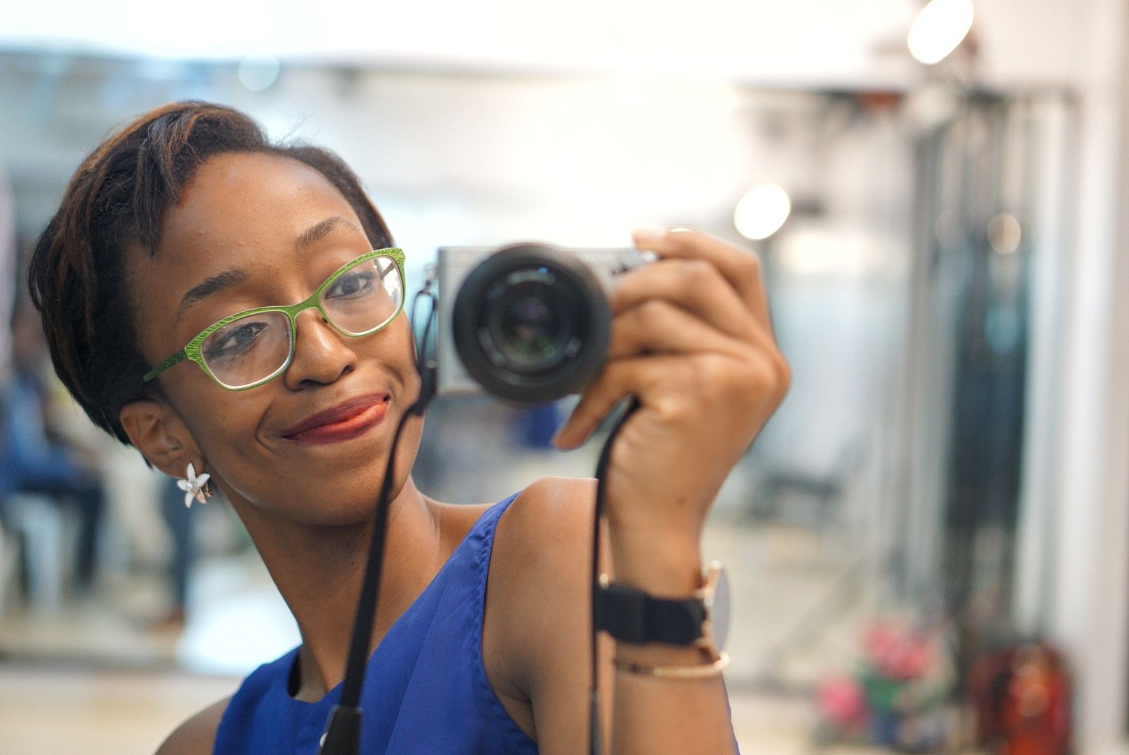 Nigerian fashion and lifestyle blogger Cassie daves smiling in a mirror selfie taken with the sonya6000