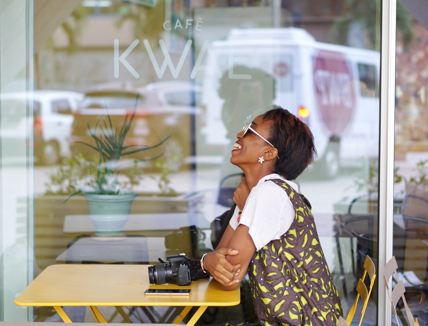 Nigerian blogger Cassie daves sitting at a cafe in Accra sharing life lessons learnt lately