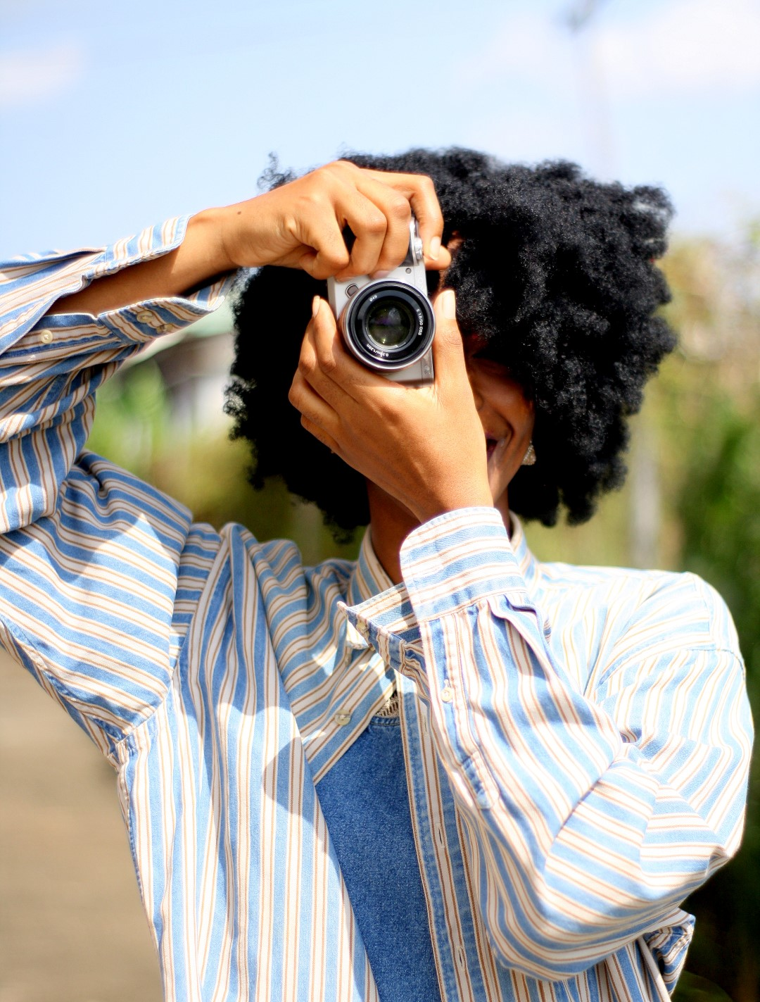 Sony A6000 Review, nigerian fashion blogger Cassie Daves holding a Sony A6000