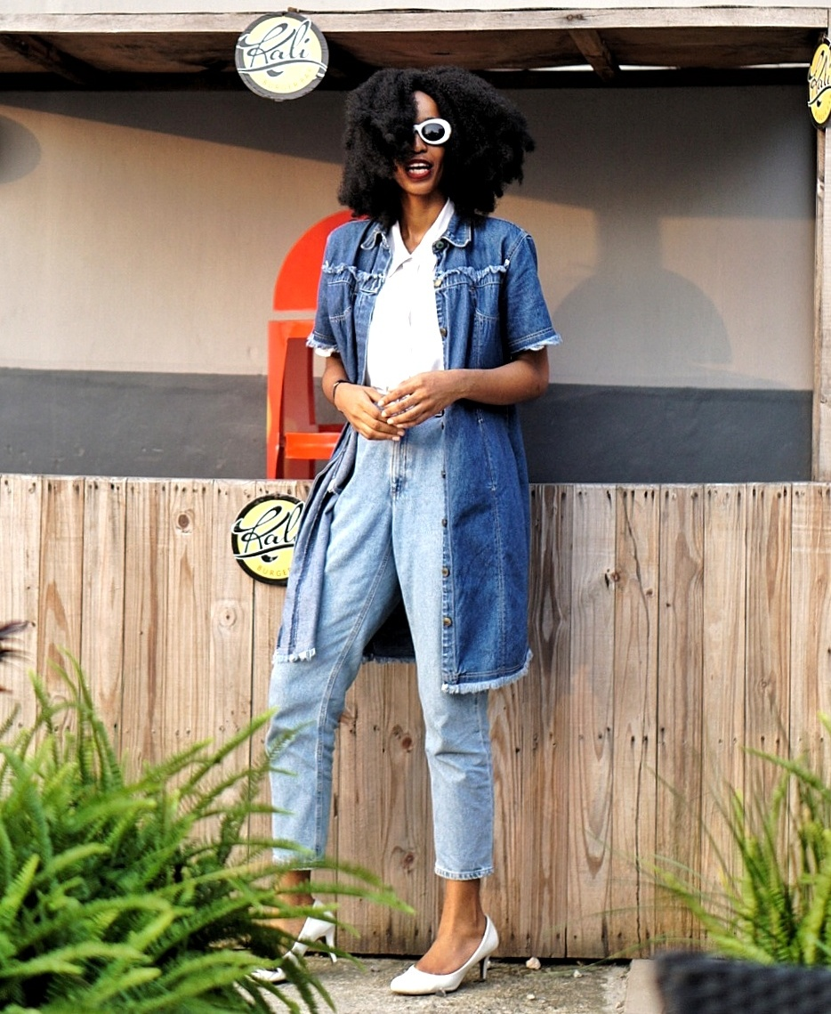 fashion blogger cassie daves wearing denim dress and mom jeans
