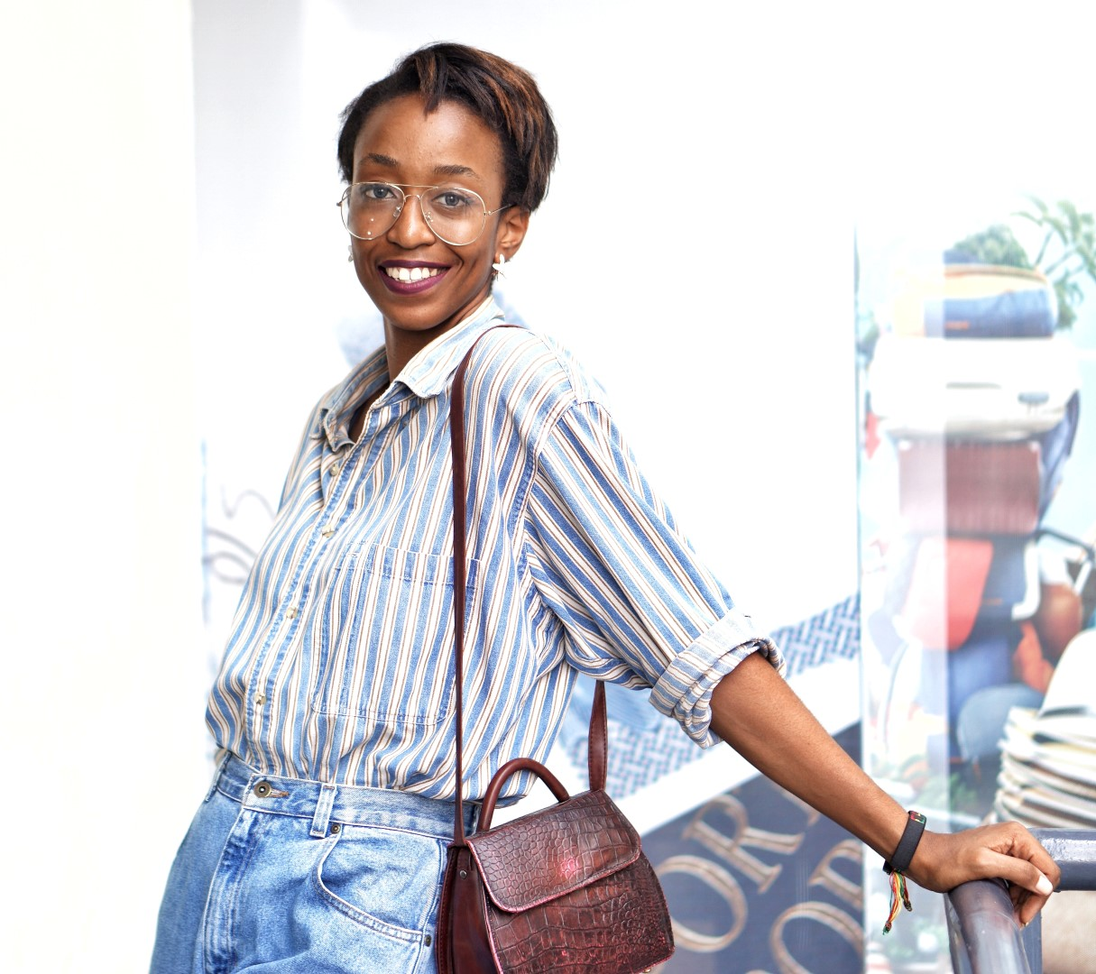 Nigerian fashion blogger cassie daves wearing oversized denim shirt and mom jeans
